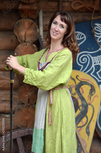 Photo Woman in a green dress with a sword in hand.