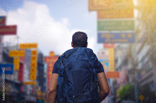 Photo  rear view of a backpacker looking at Chinatown road in Bangkok in morning , Thailand , Southeast asia