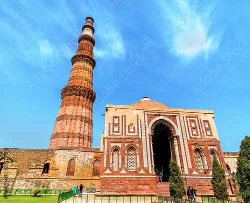 Stickers pour portes Delhi Alai Darwaza and Qutub Minar at the Qutb Complex in Delhi, India