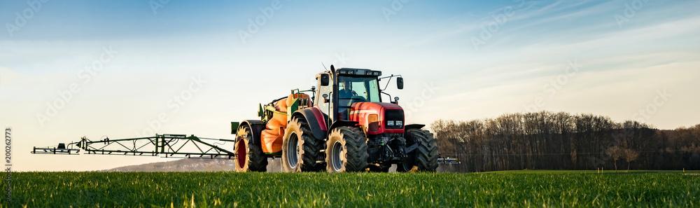 Fototapety, obrazy: Landwirt spritzt gegen Unkraut, Banner