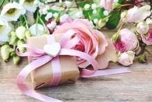Blumenstrauß Mit Geschenk  - Grußkarte