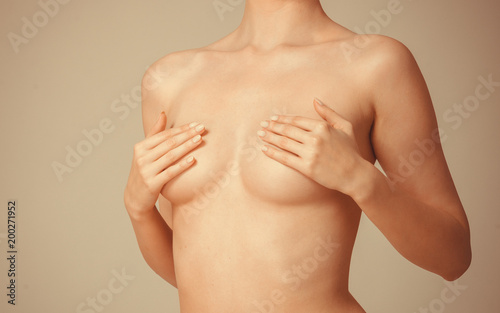 In de dag Akt Woman covering her breast with hands
