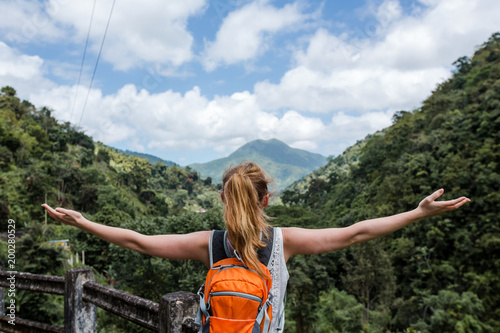 Fototapeta  Junge Frau wandert in den Blue mountains in der Karibik auf Jamaika