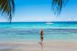 Eine junge Frau macht Urlaub in der Karibik auf der Jamaika