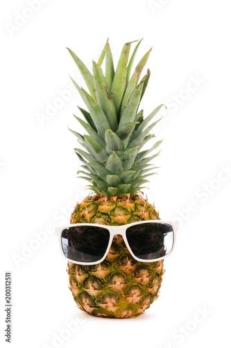ananas-z-okularami-przeciwslonecznymi-motyw-lata-hipsterski-ananas-na-bialym-tle