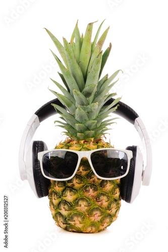 hipsterski-ananas-z-modnymi-okularami-przeciwslonecznymi-i-sluchawkami