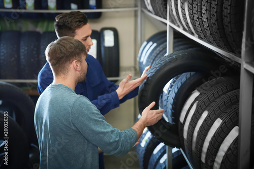 Canvastavla  Service center consultant helping customer to choose tire in store