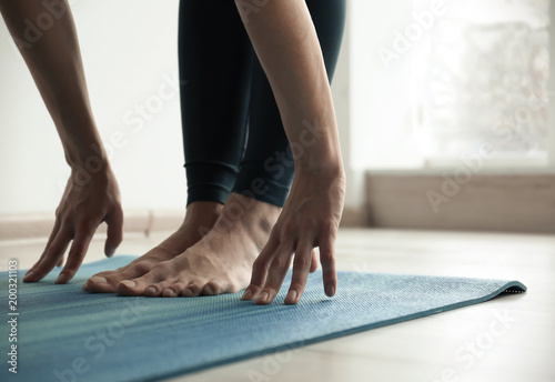 Poster Ecole de Yoga Young woman practicing yoga indoors, closeup