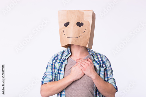Photo Love, emotion and relationship concept - Man with cardboard box on his head with enamored face