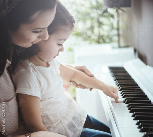 Papiers peints Artiste KB Mom teaching her daughter piano playing