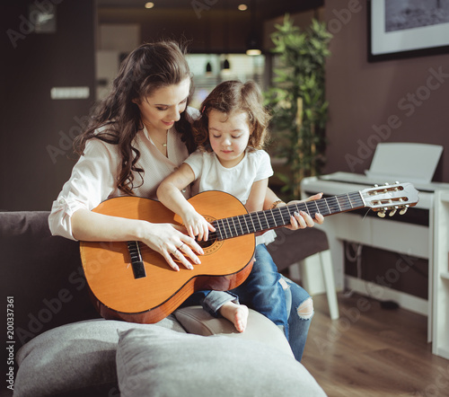 Cadres-photo bureau Artiste KB Mother and daughter playing a guitar
