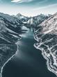 Fjord unf fluss von oben zwischen den Bergen aus der Luft, Luftaufnahme