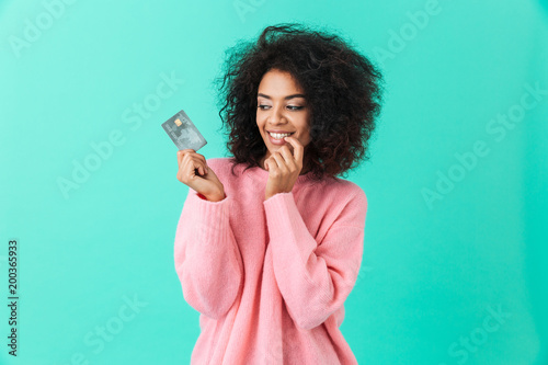 Fotografía  Portrait of charming american woman 20s with afro hairstyle holding plastic cred