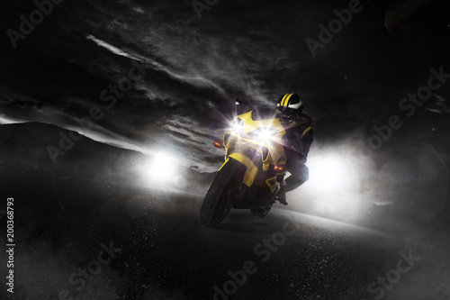 Obrazy Sporty Motorowe   supersport-motorcycle-driver-at-night-with-smoke-around