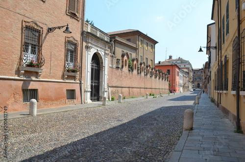 Ferrara, pusta uliczka w stronę centrum, Włochy