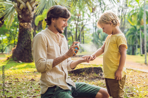 Fotomural dad and son use mosquito spray