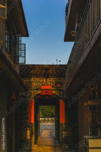 Plakat Małe wąskie uliczki otoczonej murem wioski Kat Hing Wai w pobliżu Hong Kongu rano - 2
