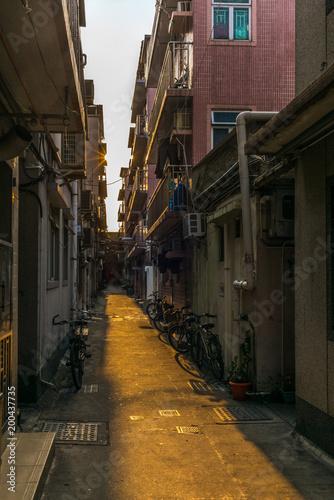 Plakat Malutkie wąskie uliczki otoczonej murem wioski Kat Hing Wai w pobliżu Hong Kongu rano - 1