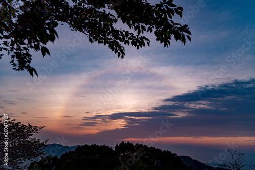 Fotobehang Volle maan 瀬戸内の朝にかかる虹を金甲山山頂より望む