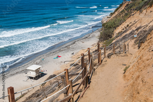 Foto op Plexiglas Kust A dirt trail leading toward the beach and a lifeguard station at Beacon's Beach in Encinitas, California.