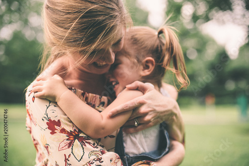 Photo Mother hugging daugher