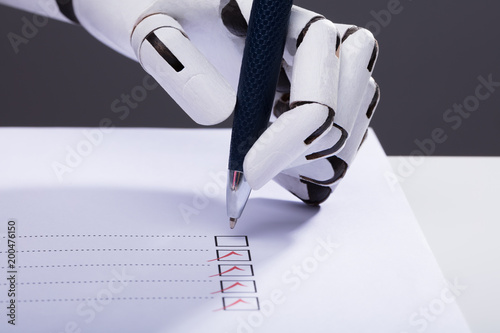 Papiers peints Jardin Robot Ticking Off Checkboxes On Document