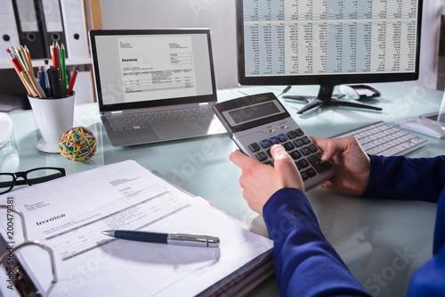 Papiers peints Akt Businessperson Calculating Invoice