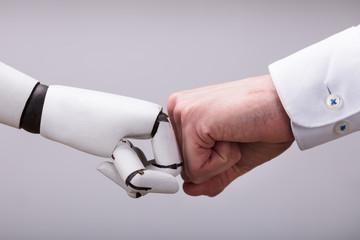 Robot I Ludzka Ręka Robi Pięści Guzkowi