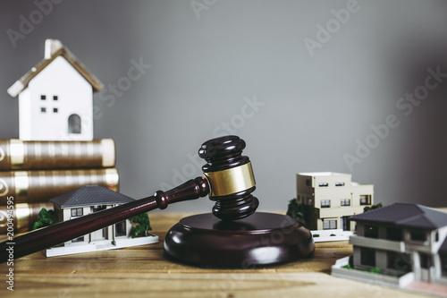 住宅問題と裁判 Fototapeta