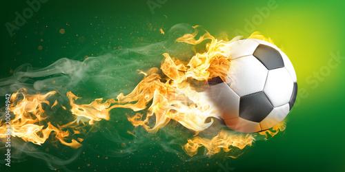 Fliegender und brennender klassischer Fußball aus Leder auf einem grünen Hintergrund