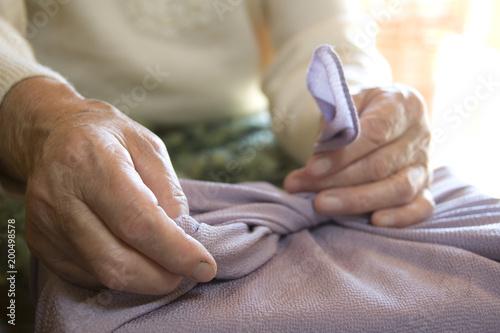 風呂敷を包むおばあちゃんの手