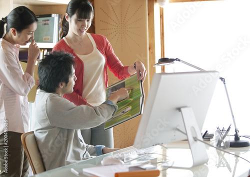 オフィスで仕事をする3人の男女