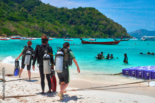 Fotografia THAILAND, PHUKET, MARCH 16, 2018-a group of divers is on the seashore