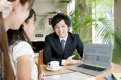 保険の外交員と女性