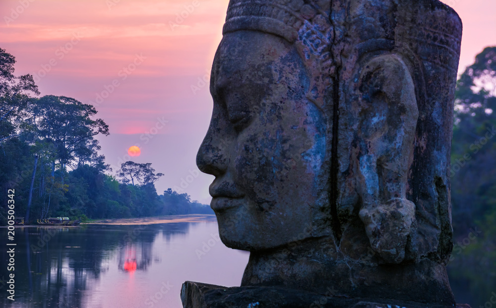 Photo  Stone statue on causeway near Gate of Angkor Thom in Siem Reap, Cambodia