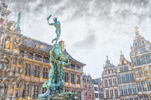 Keuken foto achterwand Antwerpen Cityscape - winter view of the Brabo fountain and the Stadhuis (building City Hall) at the Grote Markt (Main Square) of Antwerp, in Belgium