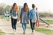 Trzy młode kobiety na spacerze