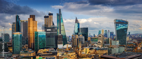 Foto op Aluminium London London, England - Panoramic skyline view of Bank and Canary Wharf, London's leading financial districts with famous skyscrapers and other landmarks at golden hour sunset with blue sky and clouds