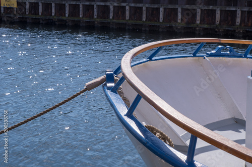 Photo  A ship lies moored up against the quayside in Copenhagen