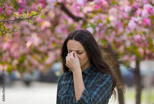 Photo Woman having symptoms of spring pollen allergy