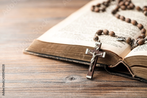 Bibel & Rosenkranz Fotobehang