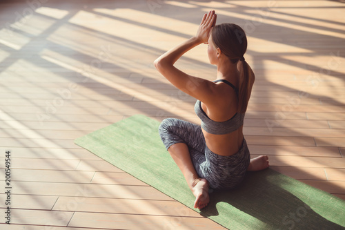 In de dag School de yoga Young woman doing yoga