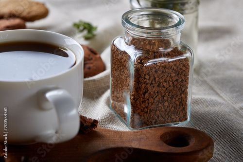 Photo  Open jar of instant coffee arranged on woden table, top view, close-up, selective focus
