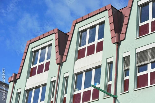 Fassade Eines Modernen Gebaudes Mit Dachabschluss Aus Rot