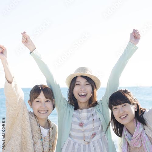 海ではしゃぐ3人の女性