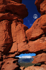 Fototapeta Góry Siamese Twins at the Garden of the Gods with Pikes Peak and moon