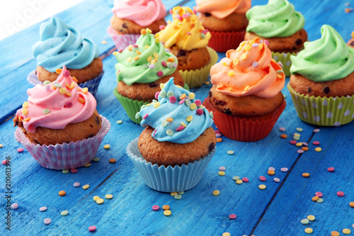 Photo  Tasty cupcakes on wooden background