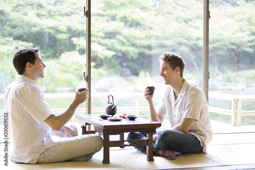 お茶を手に話しをする2人の外国人観光客