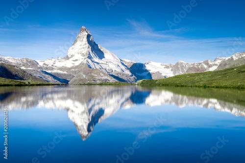 Tuinposter Alpen Stellisee und Matterhorn in den Schweizer Alpen bei Zermatt