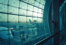 Flughafen In Dubai Bei Sonnena...